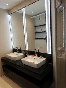 dva lavaboa na braon polici za kupatilo