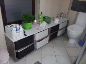 polica u kupatilu za odlaganje veša i peškira